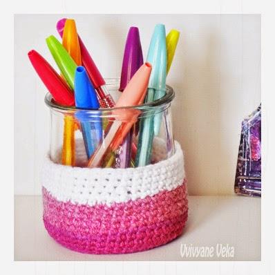 un cache pot au crochet teint avec de la peinture pour tissu vivyane du bout des doigts. Black Bedroom Furniture Sets. Home Design Ideas